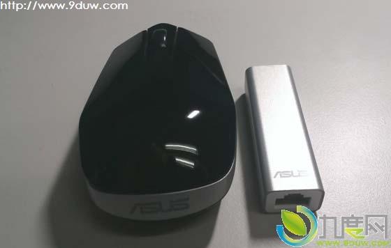 华硕今天发布了全球最小无线路由器WL-330NUL,仅比一颗AA电池大一些,并且内置可折叠进机身的USB2.0线缆。这款路由可以为笔记本、平板或智能手机提供有线或无线上网功能。 WL-330NUL尺寸为6.5 x 2 x 1.5 cm,重量仅17.5g。这款产品支持802.11b/g/n Wi-Fi,除了USB接口外还有一个百兆以太网口。支持128位加密以及Win8、Mac OS、iOS等系统。 WL-330NUL可以通过USB端口取电,或者通过电源适配器接入市电。产品将在3月份上市,建议零售价为39.