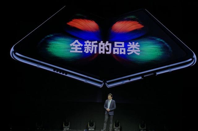 三星发布内翻折叠屏手机Galaxy Fold:20万次翻折不坏